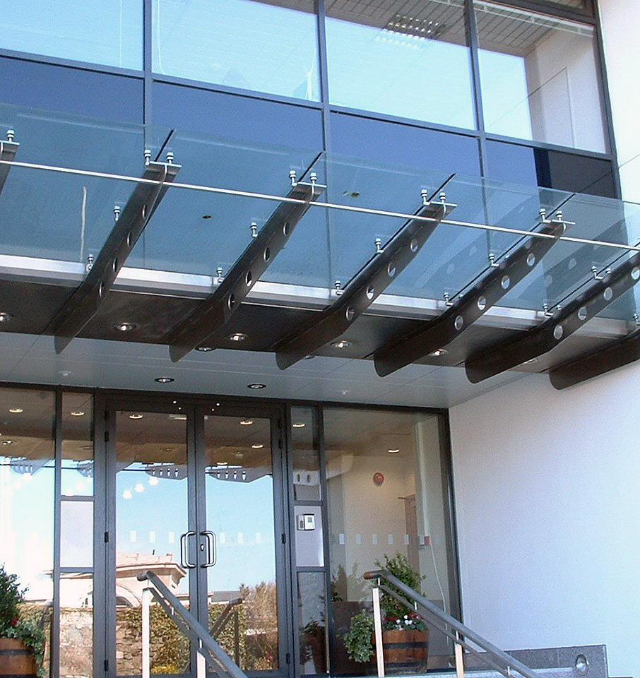 Проектирование и монтаж стеклянных козырьков