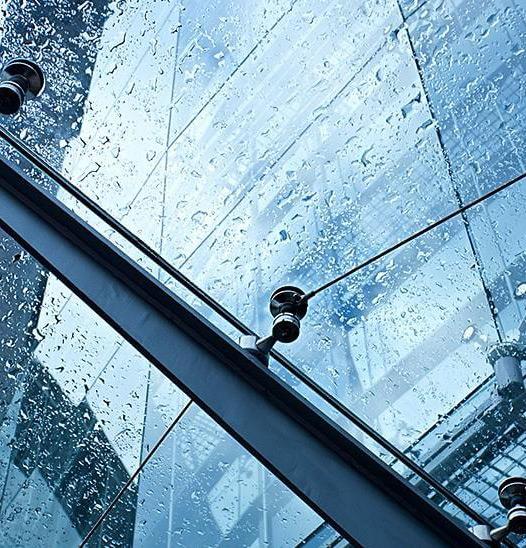Стеклянные козырьки устойчивы к дождю, снегу, граду