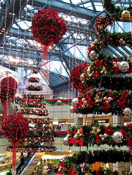 Профессиональное новогоднее оформление торгового центра