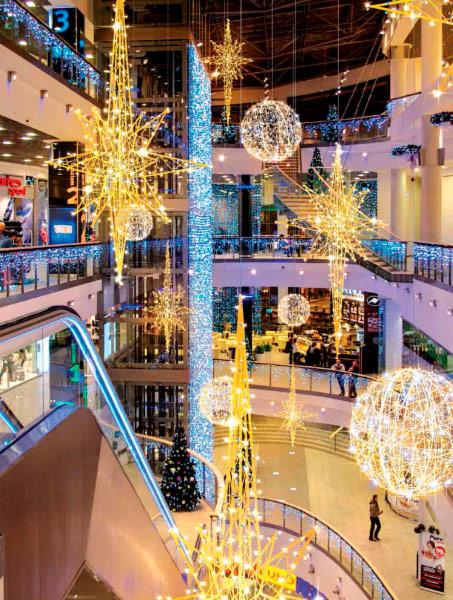 Новогоднее оформление интерьера ТЦ внутри здания