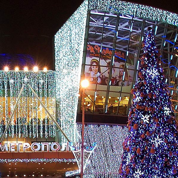 Установка наружных элементов новогоднего оформления фасадов ТЦ