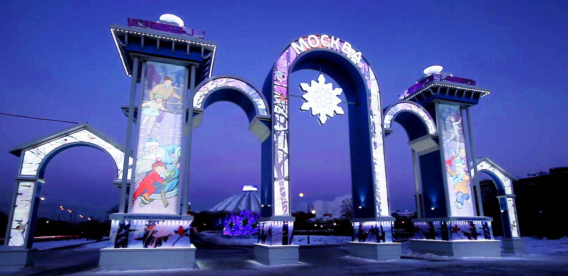 Новогоднее оформление города – монтаж праздничной арки в центре Москвы