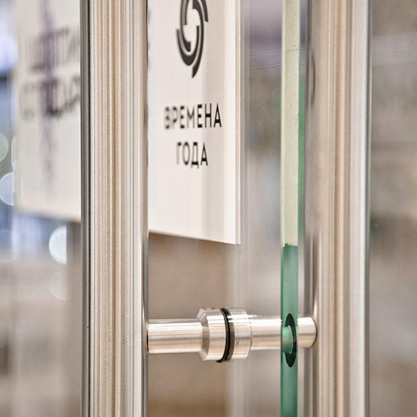 Установка стеклянных дверей в стеклянной витрине магазина в ТЦ