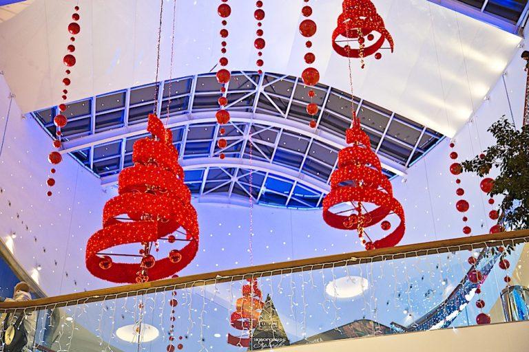 Монтаж новогоднего оформления в торговом центре
